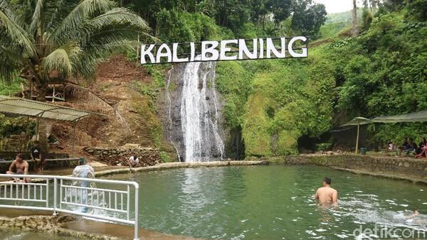Di wisata kali bening, wisatawan bisa menyegarkan diri di bawah air terjun yang jernih. Ada juga kolam renang dan juga sungai. (Dian Utoro Aji/detikTravel)