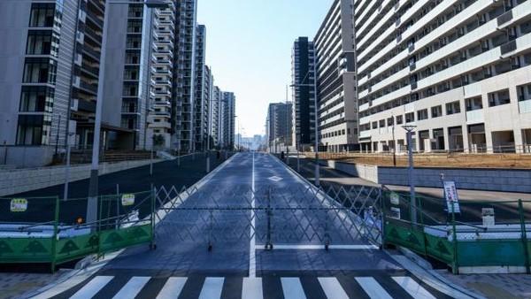 Berlokasi di Teluk Tokyo, pulau buatan itu memang sengaja dibuat untuk menjadi akomodasi para atlet peserta Olimpiade. Hanya akibat pandemi, kawasan itu malah tampak seperti kota hantu yang kosong (Twitter)