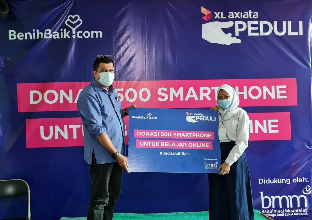 XL Axiata membagikan smartphone dan paket data gratis bagi pelajar kurang mampu di beberapa kota Indonesia, sebagai bentuk dukungan terhadap pelaksanaan Pembelajaran Jarak Jauh (PJJ).