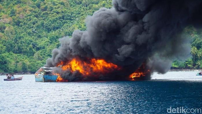 Pemerintah konsisten menyampaikan pesan tegas kepada para pelaku illegal fishing di laut Indonesia. KKP dan Kejaksaaan RI menenggelamkan 10 kapal illegal fishing pada Rabu (31/3).