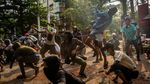 Foto Populer Sepekan: Bom Gereja dan Serangan Mabes Polri Bikin Heboh