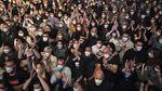 Masih Pandemi, Ribuan Orang Nonton Konser Musik di Barcelona