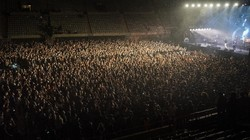 Beberapa negara melakukan uji coba dengan mengadakan konser musik untuk melihat seberapa besar potensi kerumunan bisa dilakukan secara aman lagi.