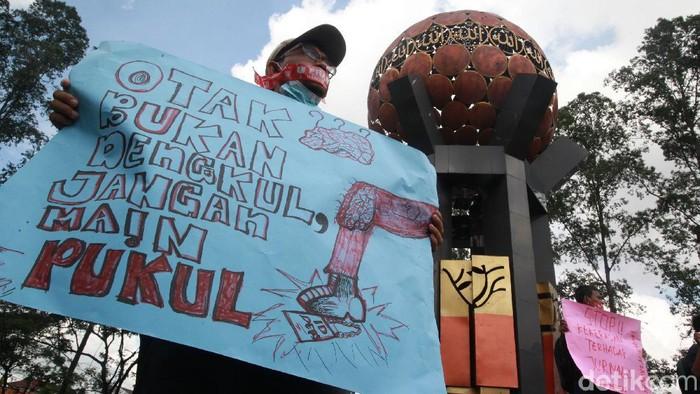 Para jurnalis menggelar aksi solidaritas di Tugu Adipura, Kota Tangerang, Rabu (31/3/2021).