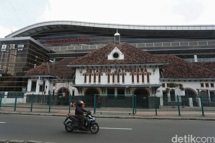 Sejumlah pekerja memperbaiki atap dari bangunan lama stasiun Jatinegara, Jakarta Timur, Rabu (31/03/2021).