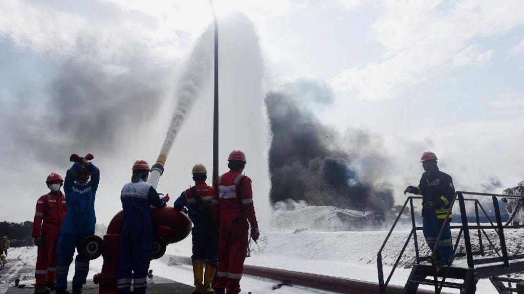 Begini Perjuangan Damkar Padamkan Kebakaran Kilang Pertamina