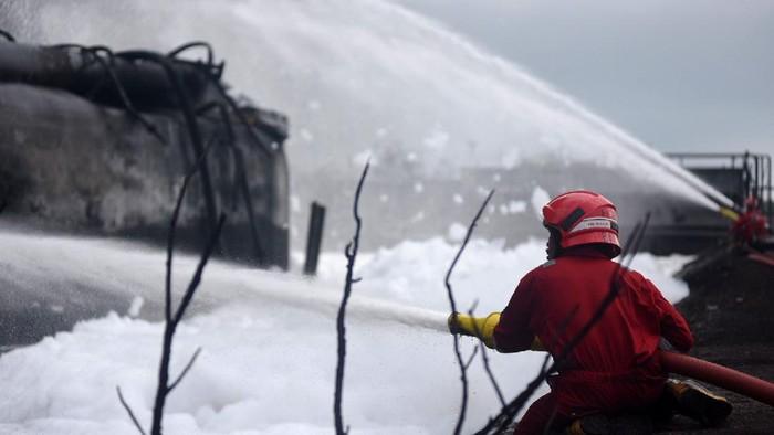 Tim emergency Pertamina berhasil memadamkan kebakaran di kilang Balongan, Rabu (31/3). Begini upaya pemadaman kebakaran di kilang milik Pertamina tersebut.