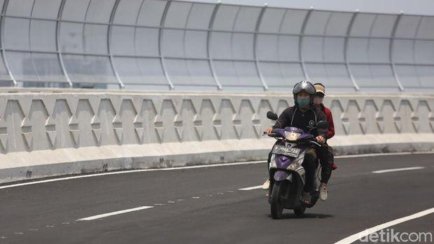 Pengendara motor melintasi fly over Cakung, Jakarta Timur, Rabu (31/3/2021).