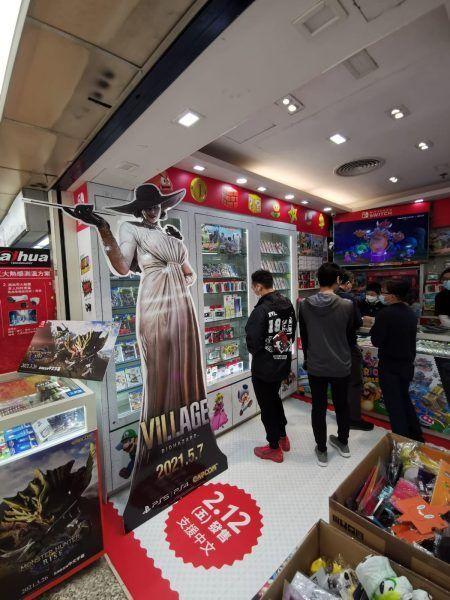 Capcom Promosi Resident Evil Village dengan Standee Lady