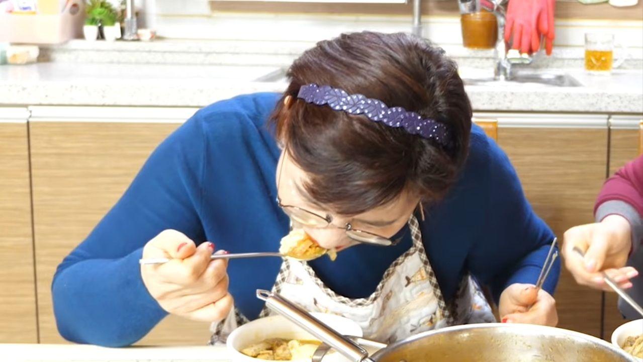 hebohnya emak-emak korea cicip lontong sayur pertama kali