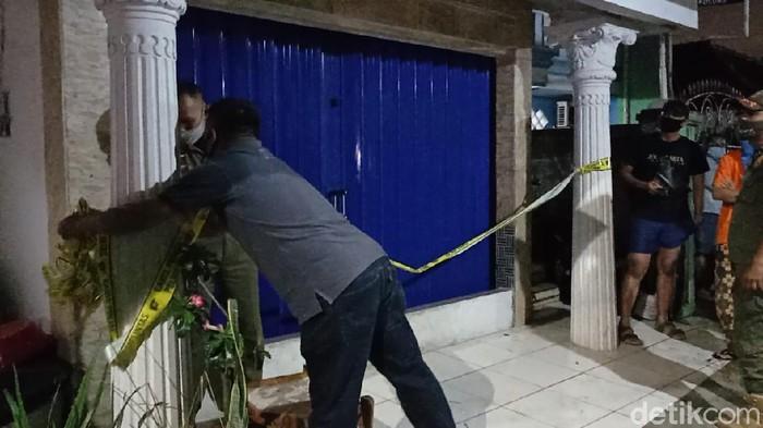 Garis polisi di rumah penyerang Mabes Polri dilepas (Sachril/detikcom)