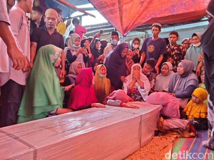 Jasad Ahmad Yunus Dalimunthe (39) pekerja migran Indonesia (PMI) yang tewas ditikam di Perak Malaysia akhirnya bisa dimakamkan di Asahan. (Perdana Ramadhan/detikcom)