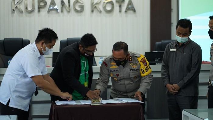 Kapolresta Kupang AKBP Satrya Binti menandatangani MoU dengan Grab terkait layanan antar dokumen SIM dan SKCK