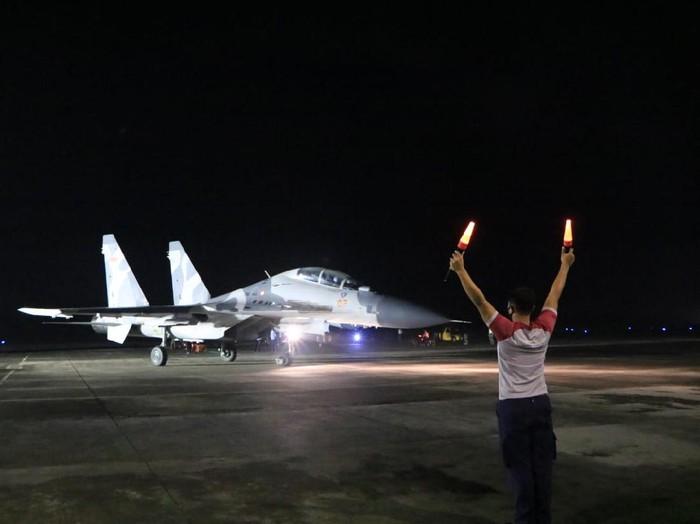 Kegiatan latihan terbang pesawat tempur TNI AU di Lanud Iswahjudi