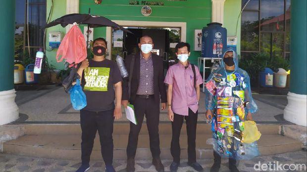 Koalisi masyarakat melayangkan somasi ke Pemkot dan DPRD Pekanbaru karena masalah sampah belum selesai (Raja Adil/detikcom)