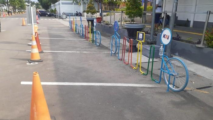 Kondisi parkir sepeda di Stasiun Pasar Senen.