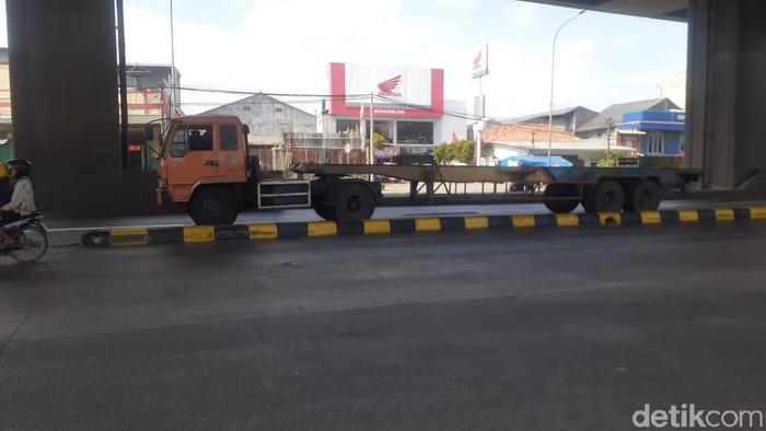 Kondisi pembatas jalan yang rawan di tengah Jl Raya Cilincing, Koja, Jakut, kini sudah dicat lagi, 31 Maret 2021. (Afzal Nur Iman/detikcom)