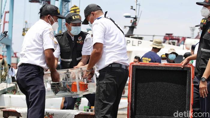 Cockpit voice recorder (CVR) black box atau kotak hitam pesawat Sriwijaya Air SJ182 akhirnya ditemukan. Penemuan CVR ini dikonfirmasi oleh Kementerian Perhubungan.