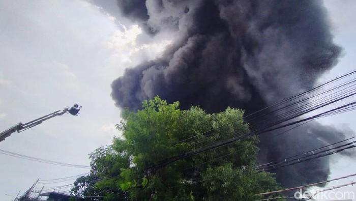 Pabrik plastik di Jalan Raya Tandes 208, Margomulyo, Surabaya, terbakar, Rabu (31/3). Asap hitam dan pekat membubung tinggi dari pabrik yang terbakar.