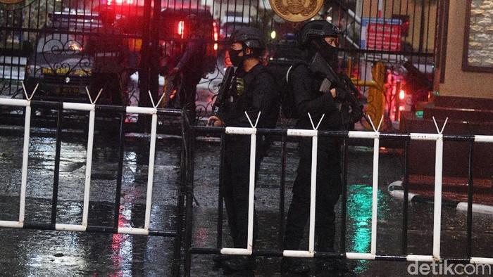 Personel kepolisian dengan rompi anti peluru dan senjata laras panjang berjaga di Mabes Polri, Jakarta, Rabu (31/3/2021). ANTARA FOTO/M Adimaja/wpa/wsj.