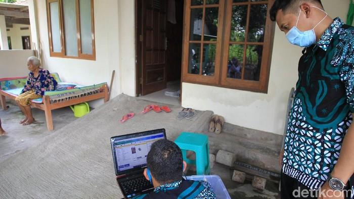 Petugas pencatatan sipil mempersiapkan alat-alat yang digunakan saat proses perekaman kartu tanda penduduk (KTP) di kabupaten Bantul, Yogyakarta, Rabu (31/3/2021).