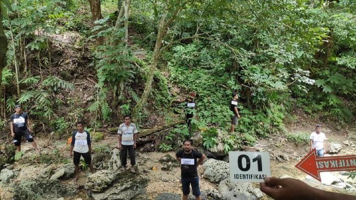 Polisi menggelar prarekonstruksi penanganan kasus tiga orang yang diduga dibunuh oknum anggota suku Togutil di hutan Patani Timur, Halmahera Tengah, Malut (dok Polda Malut)