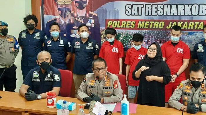 Polisi rilis penangkapan Agung Saga di kasus narkoba.