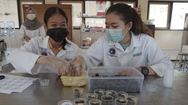 Proses pembuatan permen jeli herbal di UKSW Salatiga