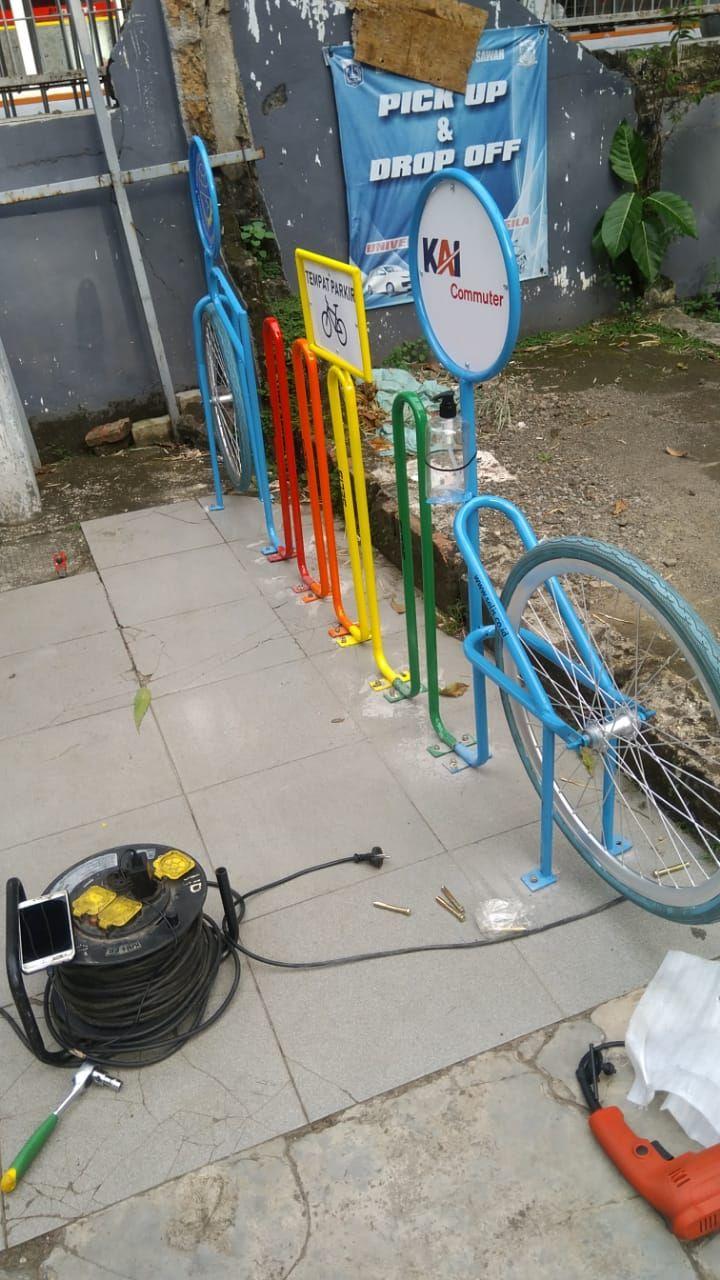 Rak parkir sepeda di Stasiun Universitas Pancasila. (Dok PT RMU anak perusahaan PT KAI)