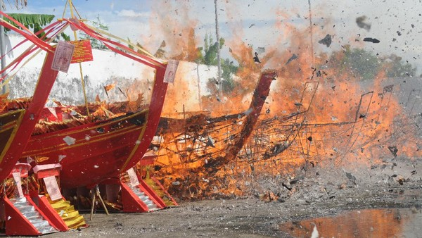 Replika kapal dibakar di Vihara Avalokitesvara, Pamekasan, Jawa Timur, Selasa (30/3/2021).