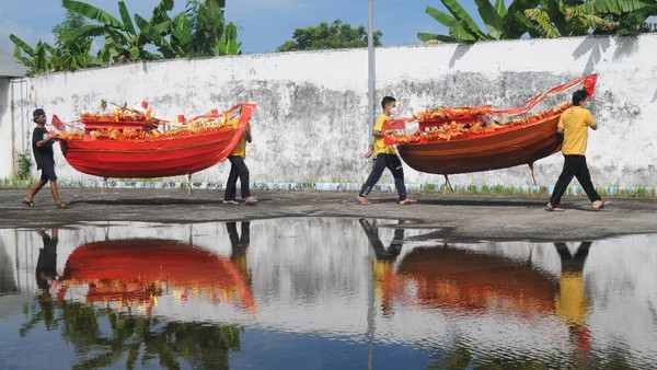 Ritual bakar kapal pada saat peringatan lahirnya Dewi Kwan Im itu dimaksudkan untuk mendoakan leluhur.