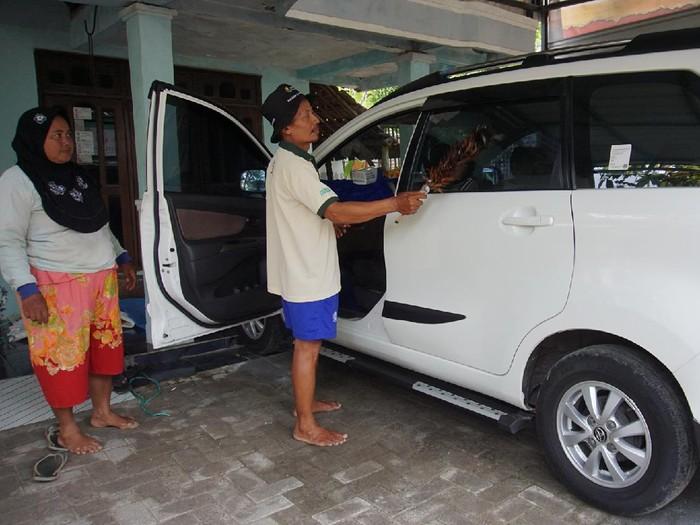 Salah satu pasangan petani yang mendadak jadi jutawan mampu membeli mobil Toyota Avanza