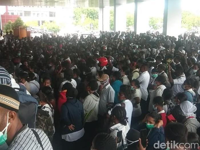 Sejumlah massa dari tenaga honorer K2 yang tergabung dari 29 kabupaten/kota di Papua melakukan aksi demonstrasi di kantor Gubernur Papua (Wilpret Siagian/detikcom)