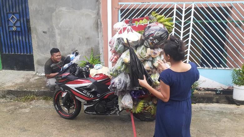 Tukang sayur pakai motor sport di Jayapura