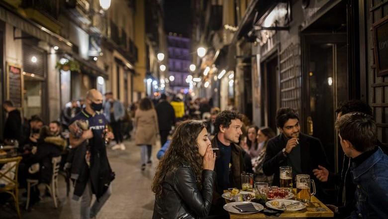 Turis dan warga lokal Madrid, Spanyol bebas nongkrong di masa pandemi