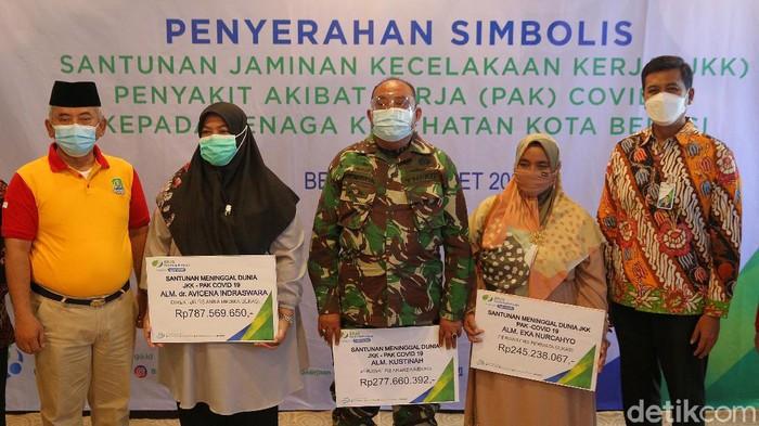 Sejumlah tenaga kesehatan Kota Bekasi yang wafat karena Penyakit Akibat Kerja (PAK) terdampak COVID-19. Santunan senilai Rp 1,3 M diterima tiga ahli waris.