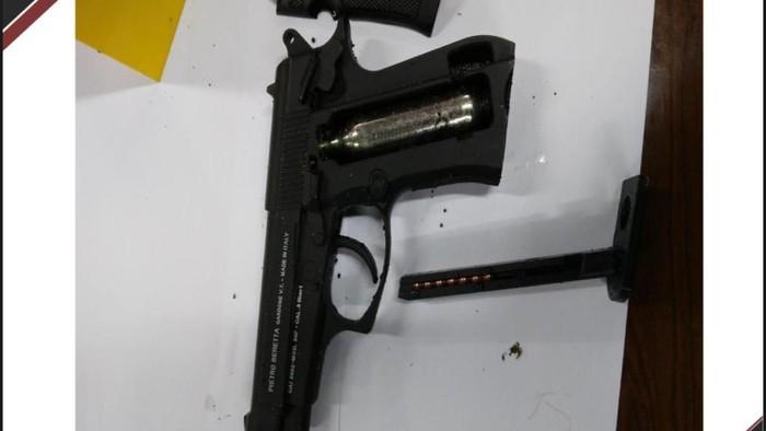 Barang bukti senjata airgun milik Zakiah Aini