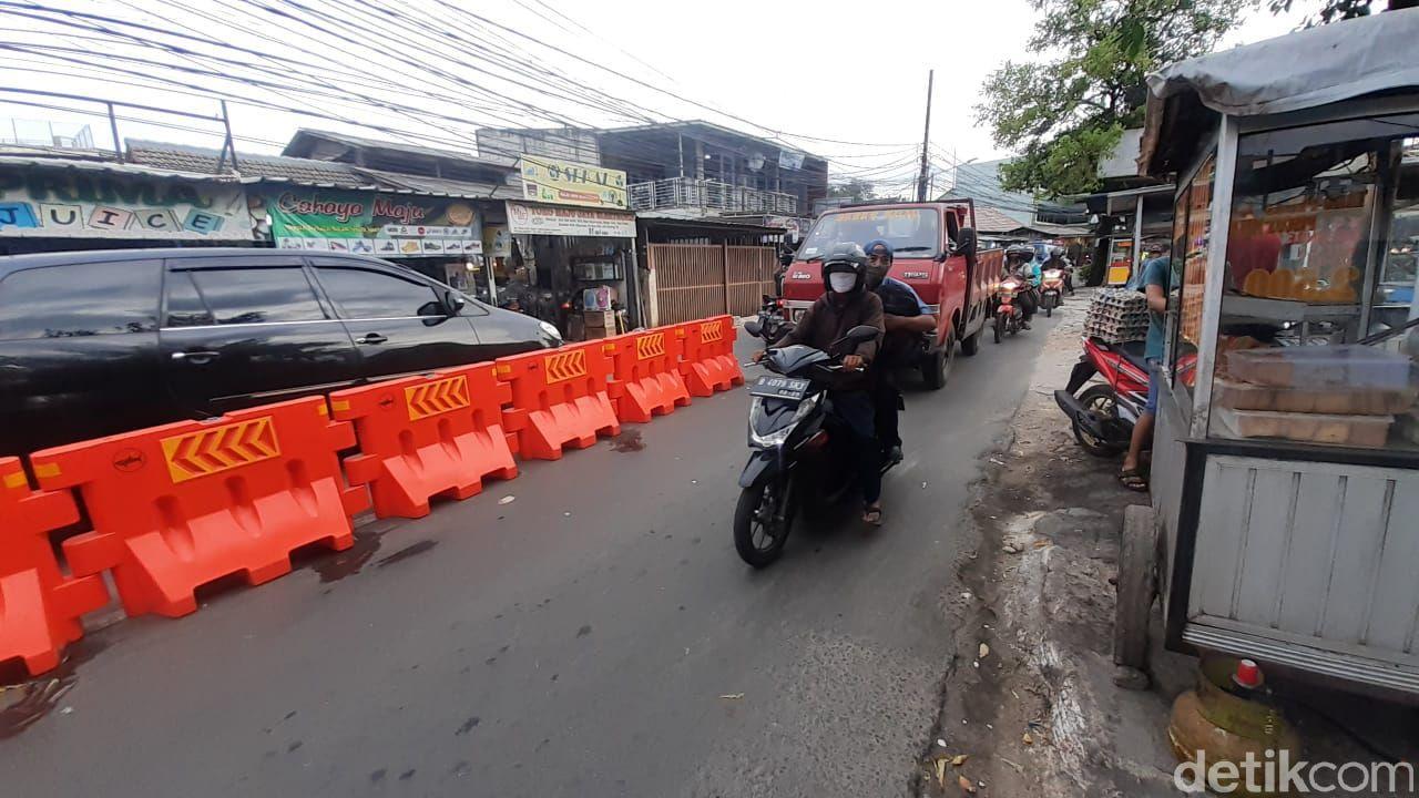 Barier atau pembatas jalan di Jl Moh Kahfi I, Jagakarsa, Jakarta Selatan, 1 April 2021. (Afzal NI/deticom)