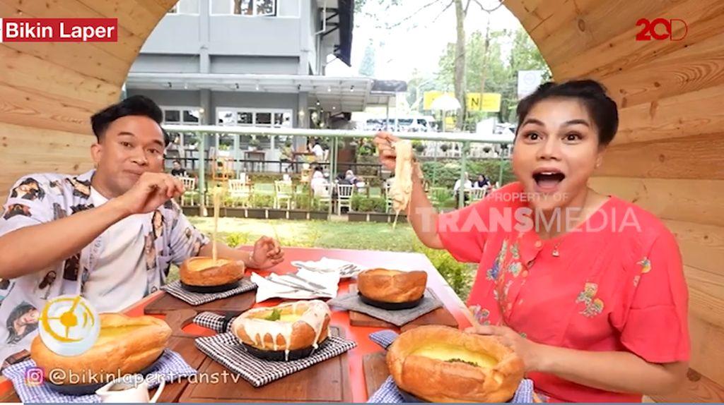 Bikin Laper! Anwar BAB Cicip Pancake Mozarella Kekinian di Bandung