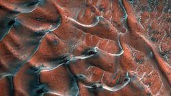 Foto Menakjubkan Bukit Pasir Beku Warna Merah di Mars