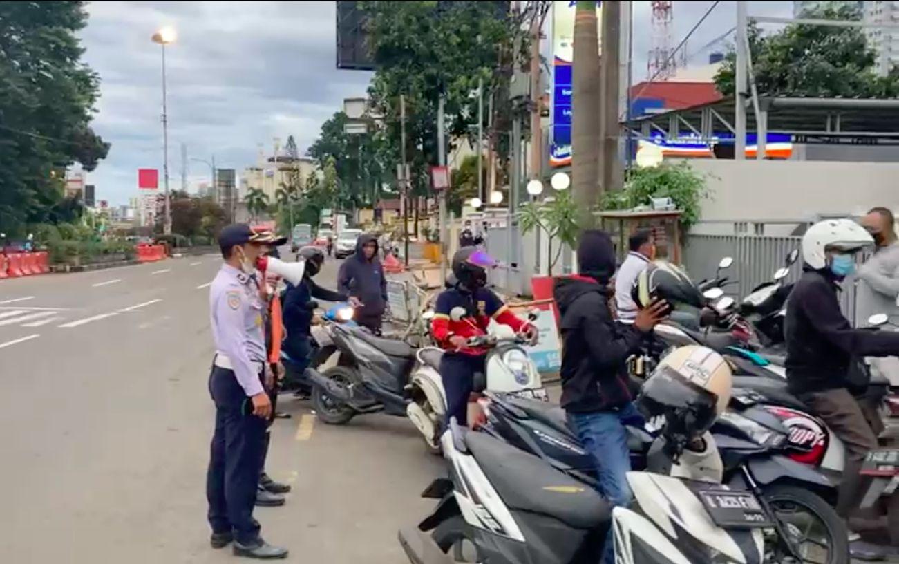 Dishub Kota Depok tertibkan parkir liar dekat JPO dekat Balai Kota Depok, Jl Margonda, 1 April 2021. (Dok Dishub Depok)