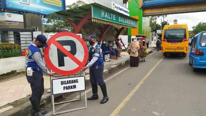 Dishub Kota Depok tertibkan parkir liar yang menghalangi pintu JPO dekat Balai Kota Depok, 1 April 2021. (Dok Dishub Depok)