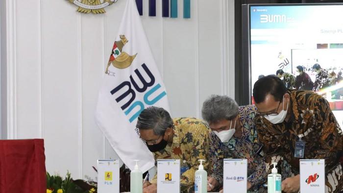 Direktur Utama PT Bank Tabungan Negara (Persero) Tbk. Haru Koesmahargyo (kanan) bersama Direktur Utama Pusat Pengelolaan Dana Pembiayaan Perumahan (PPDPP) Arief Sabarrudin (kedua kanan), dan Direktur Niaga & Manajemen Pelanggan PT PLN (Persero) Bob Saril bersiap menandatangani Nota Kesepahaman disaksikan Menteri Badan Usaha Milik Negara (BUMN) Erick Thohir (ketiga kiri), Menteri PUPR Basuki Hadimuljono (kedua kiri), dan Wakil Menteri BUMN Kartika Wirjoatmodjo (kiri) di Gedung BUMN, Jakarta, Rabu (31/3). Melalui penandatangan tersebut, Bank BTN mendukung gerakan 1 juta kompor induksi di proyek perumahan mitra pengembang BTN. Selain itu, BTN pun dapat memberikan fasilitas pembiayaan perumahan kepada seluruh anak usaha PLN.