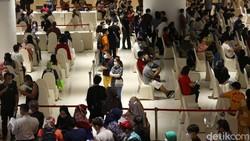 Vaksinasi massal untuk pelaku UMKM digelar di Ciputra Artpreneur Museum, Jakarta, Kamis (1/4). Sebanyak 1.500 pelaku UMKM menerima vaksin COVID-19 dosis pertama