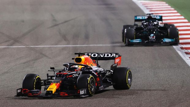 BAHRAIN, BAHRAIN - MARCH 28: Max Verstappen of the Netherlands driving the (33) Red Bull Racing RB16B Honda leads Lewis Hamilton of Great Britain driving the (44) Mercedes AMG Petronas F1 Team Mercedes W12 during the F1 Grand Prix of Bahrain at Bahrain International Circuit on March 28, 2021 in Bahrain, Bahrain. (Photo by Bryn Lennon/Getty Images)
