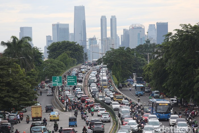 Pengendara mengalami kemacetan di Jalan KH Abdullah Syafei, Jakarta, Kamis (1/4/2021).