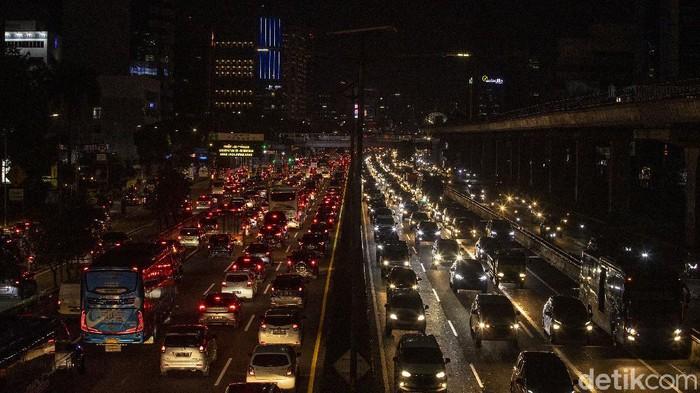 Kendaraan terjebak kemacetan di sejumlah ruas Jakarta sore ini, Kamis (1/4/2021).