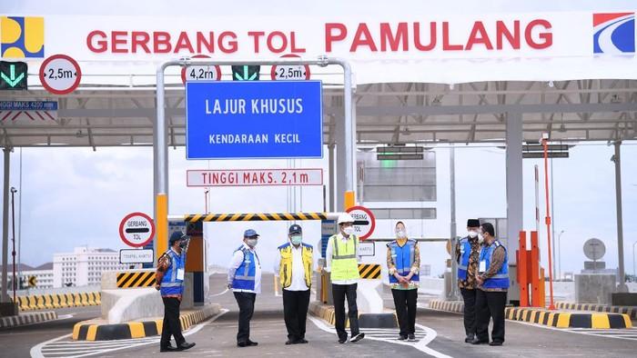 Presiden Joko Widodo meresmikan jalan tol Serpong-Cinere ruas Serpong-Pamulang dan jalan tol Cengkareng-Batu Ceper-Kunciran, di Gerbang Tol Pamulang, Tangerang Selatan, Provinsi Banten, Selasa (1/4/2021).
