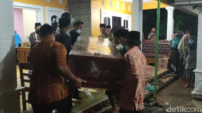 Kedatangan jenazah Supriyono di rumah duka di Karanganyar, Kamis (1/4/2021) malam.