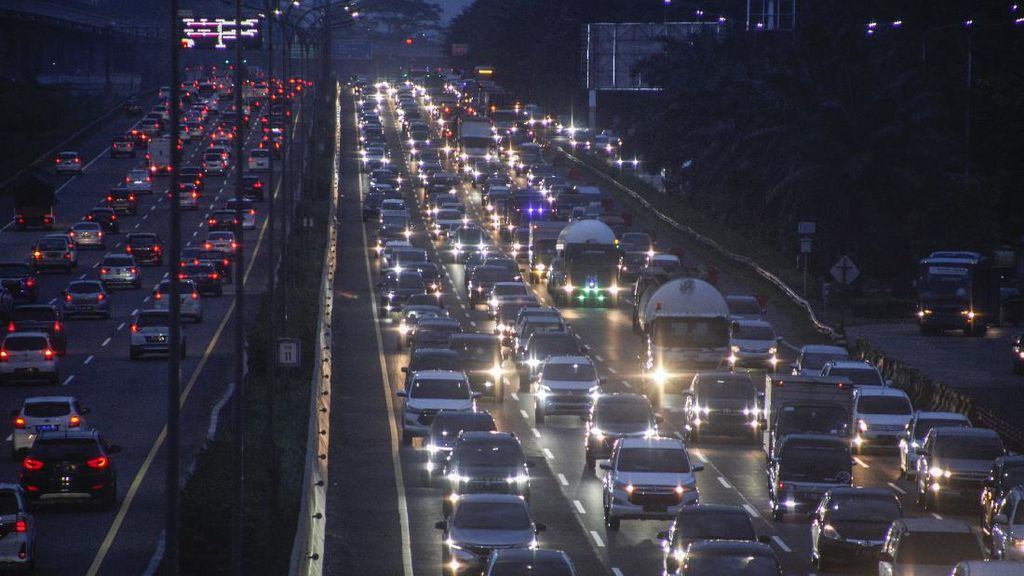 Tol Cipularang Arah ke Jakarta Dipadati Kendaraan Malam Ini
